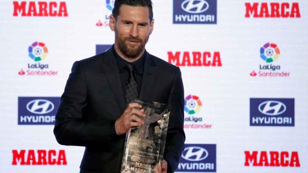 Messi, con el trofeo Alfredo Di Stéfano al mejor jugador del pasado año.