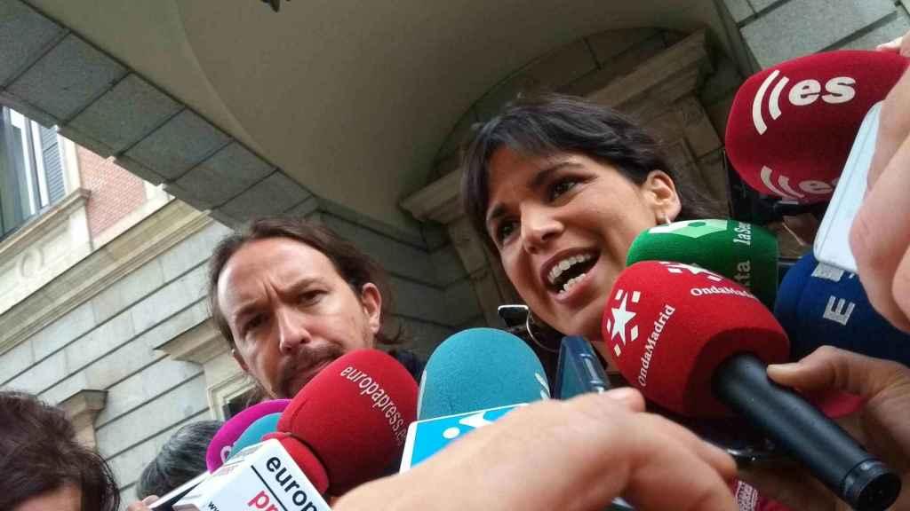 Pablo Iglesias y Teresa Rodríguez atienden a la prensa en el patio del Congreso de los Diputados.