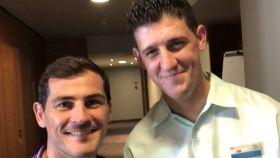 Casillas con un empleado de un hotel. Foto: Twitter. (@IkerCasillas)