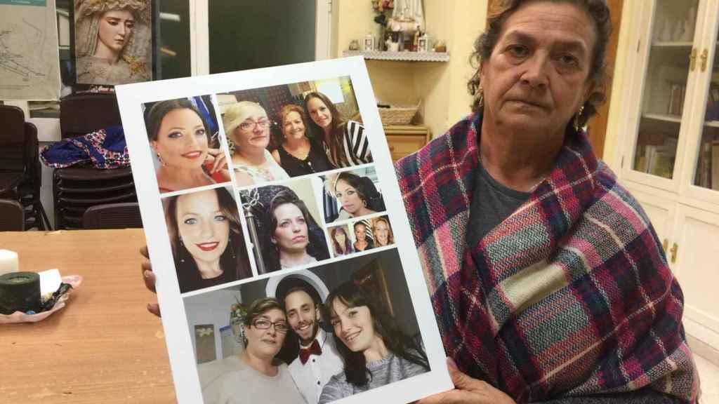 Juana Cortés es la madre de la mujer fallecida. Recibe a EL ESPAÑOL este martes en Cádiz, donde reside. La señora, de 56 años, muestra un collage de fotos con imágenes de su hija junto a sus dos hermanos.