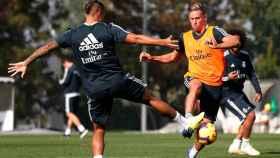 Mariano y Marcos Llorente luchan por el balón