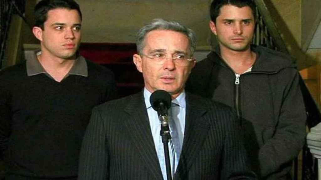 Jerónimo y Tomás Uribe, con su padre el expresidente Álvaro Uribe en medio.