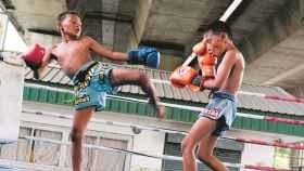 Dos niños boxeando en Tailandia.