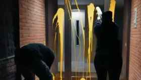 Los independentistas arrojaron pintura amarilla en el portal de la casa del juez.