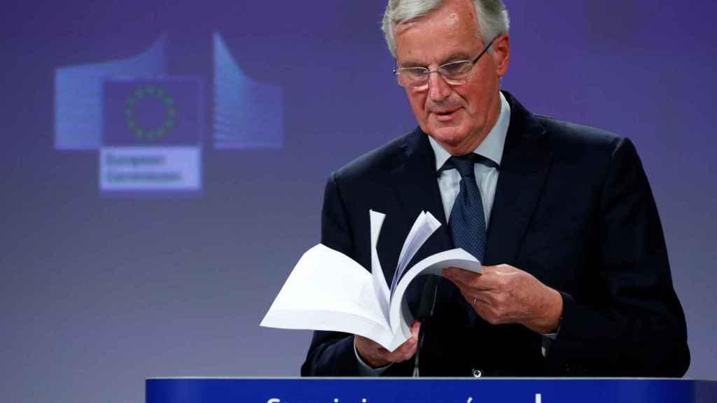 El negociador europeo del 'brexit', Michel Barnier, con el Tratado de divorcio