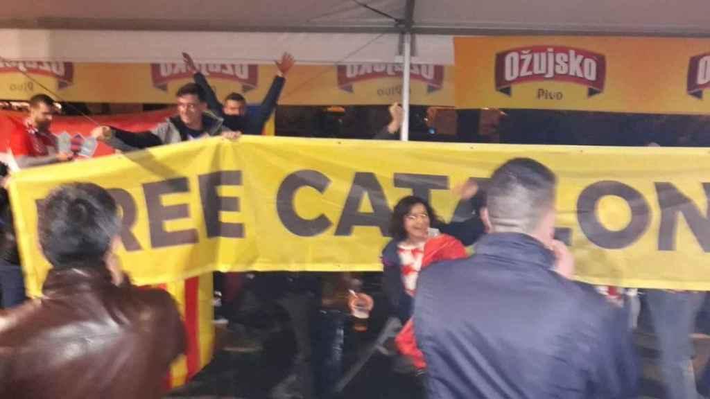 La pancarta que exhibieron los aficionados de Croacia. Foto: Twitter.
