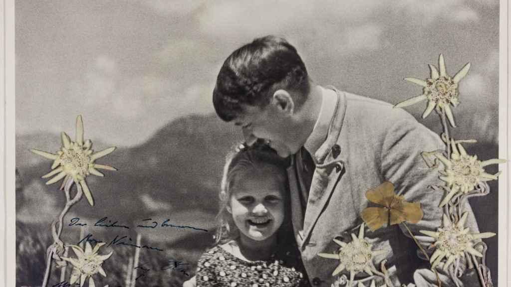 La niña judía Rosa Nienau y Adolf Hitler en Berghof.