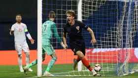 Tin Jedvaj celebra el 2-1 a España tras el centro de Modric.