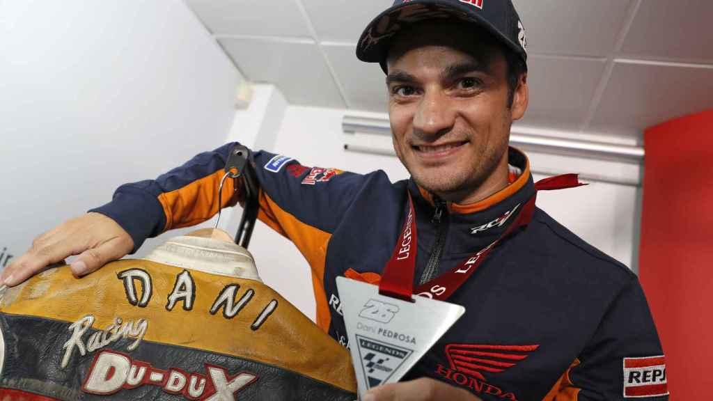 Dani Pedrosa posa con la medalla que le distingue como Leyenda de MotoGP, en Cheste.