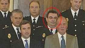 Enrique García Castaño (rodeado) en un acto con el exministro Ángel Acebes y el rey emérito.