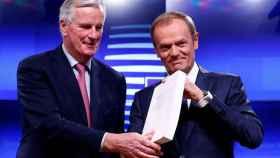 El negociador Michel Barnier entrega a Donald Tusk el texto del acuerdo del 'brexit'
