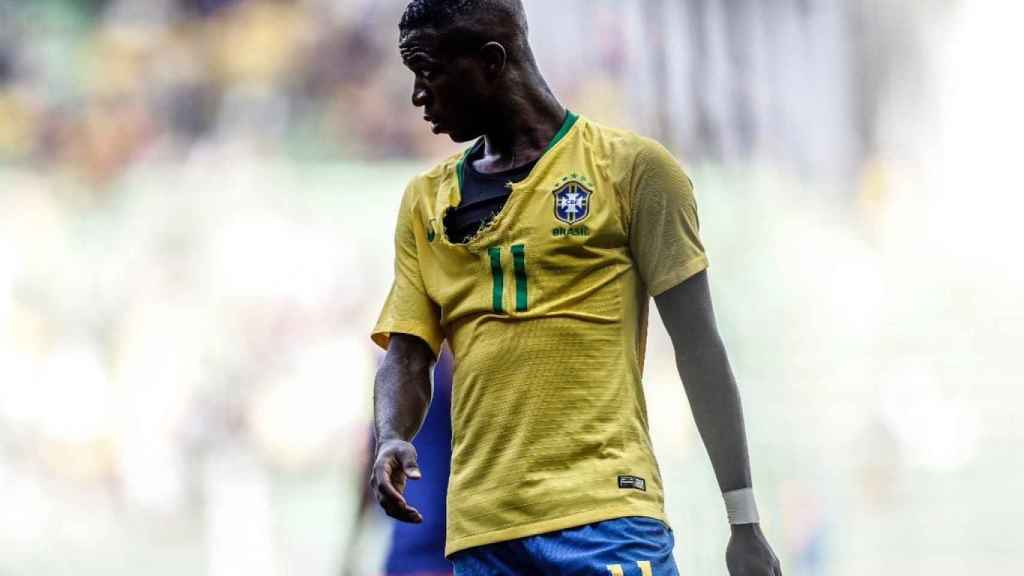 Le rompen la camiseta a Vinicius con Brasil Sub20. Foto: Twitter (@vini11Oficial)
