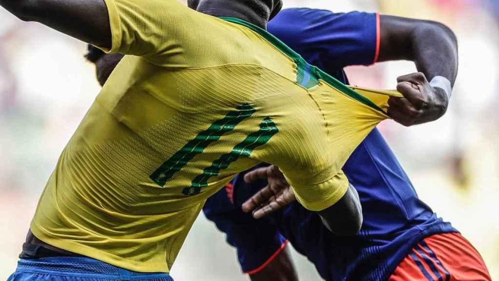 Vinicius acabó con la camiseta rota con Brasil
