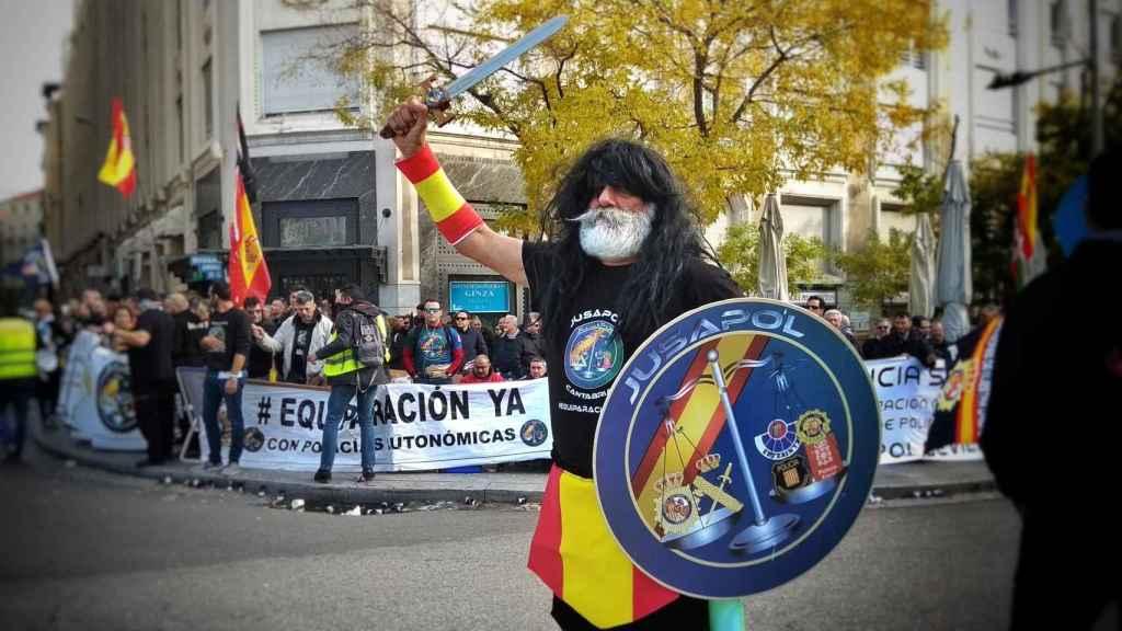 El agente Villota, 43 años al servicio de la Guardia Civil, manifestándose con Jusapol ante el Congreso de los Diputados.