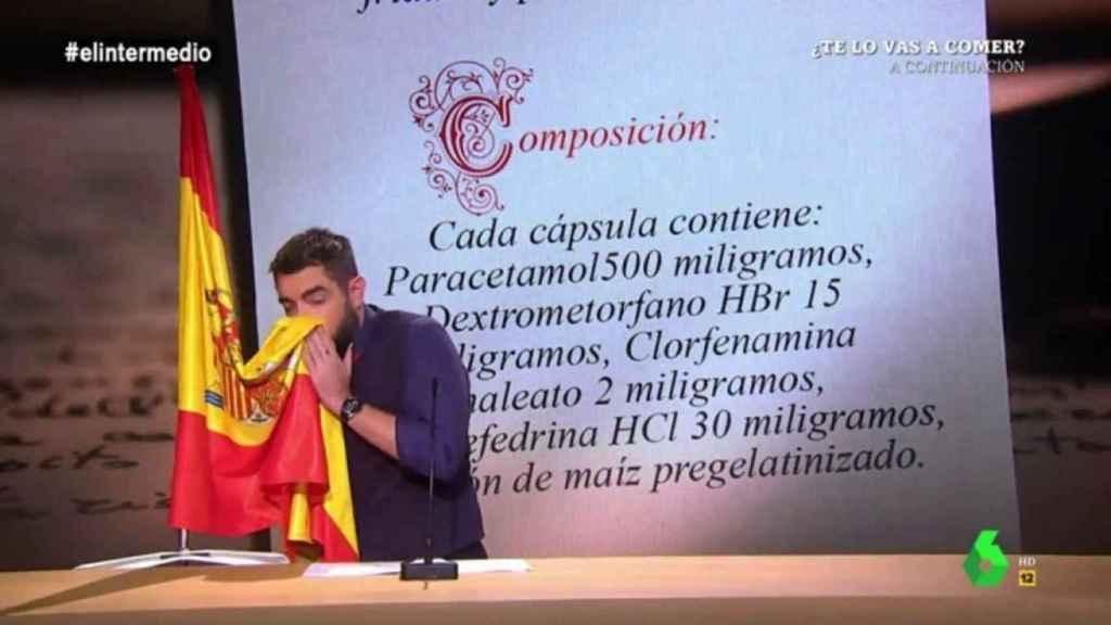 Imagen del polémico sketch de Dani Mateo en El Intermedio en el que se suena con la bandera española.