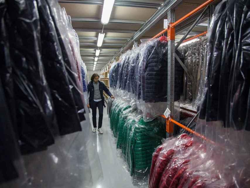 Álvaro Moreno supervisando las prendas dentro del almacén de la marca ubicado en su sede central.