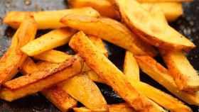 Unas patatas fritas con un colorcito sospechoso.
