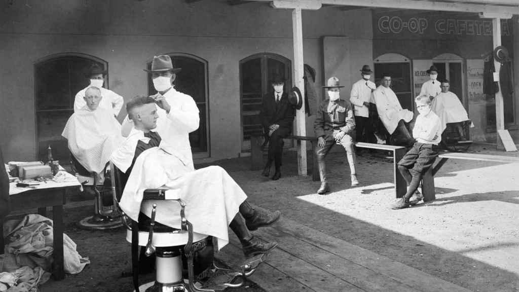 Peluqueros trabajando durante la pandemia.
