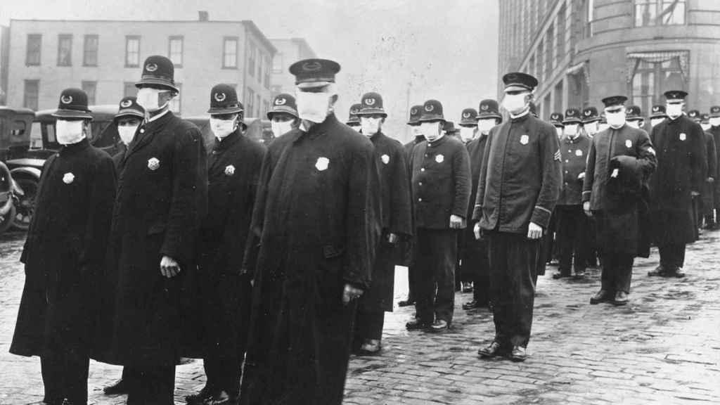 Agentes de Seattle con mascarillas protectoras.