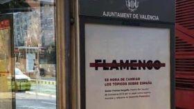 Una marquesina en Valencia con un cartel de la polémica campaña.