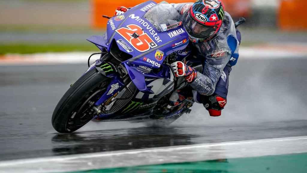 Maverick Viñales traza un viraje bajo la lluvia, en el circuito Ricardo Tormo de Cheste.