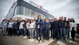 Álvaro Moreno, en el centro, junto a los trabajadores del centro logístico de su empresa en Osuna (Sevilla).