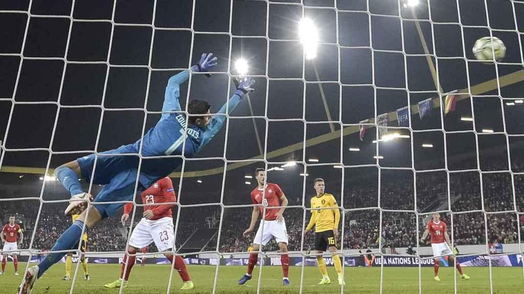 Courtois no puede evitar el gol de Suiza