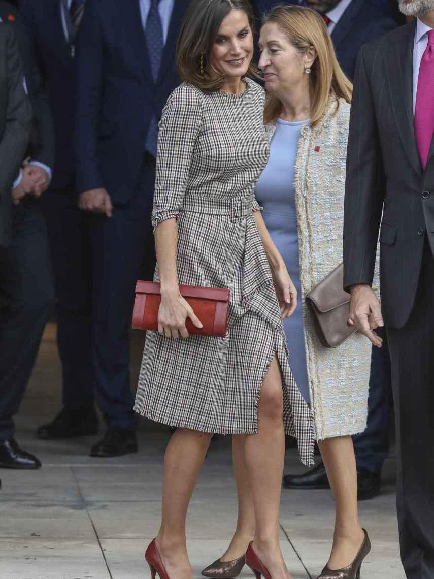 La reina Letizia con un vestido de Pedro del Hierro.