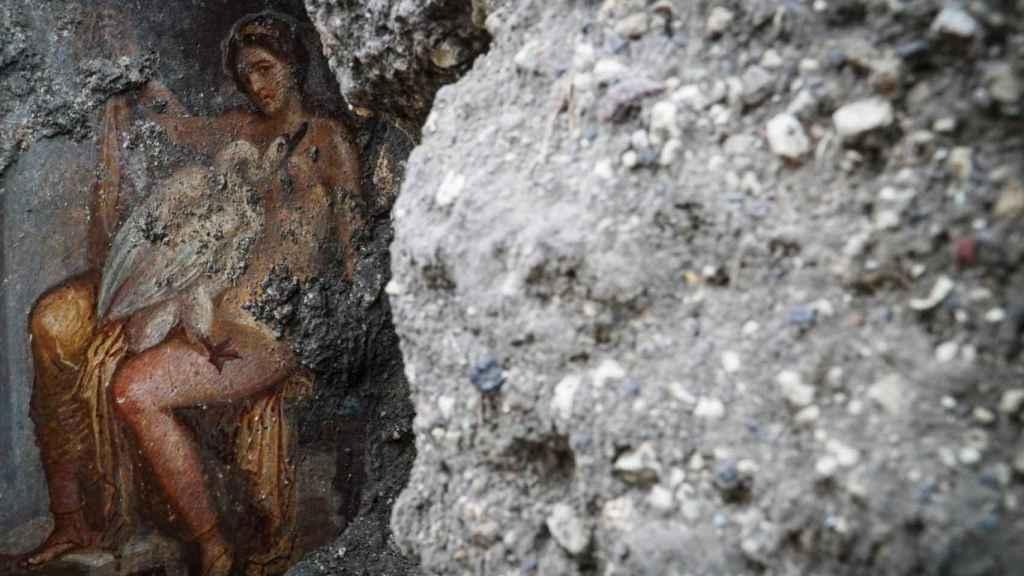 Vista del fresco 'Leda y el cisne', descubierto recientemente en el área 'Regio V', del Parque Arqueológico de Pompeya, Nápoles, Italia,