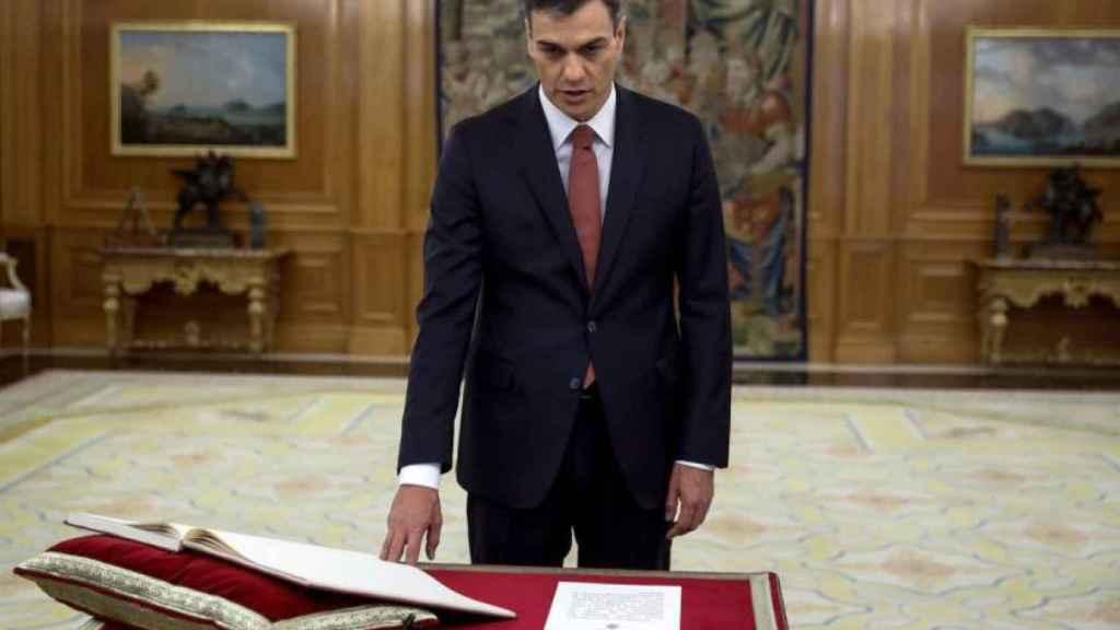 Pedro Sánchez promete su cargo de presidente del Gobierno sobre la Constitución.