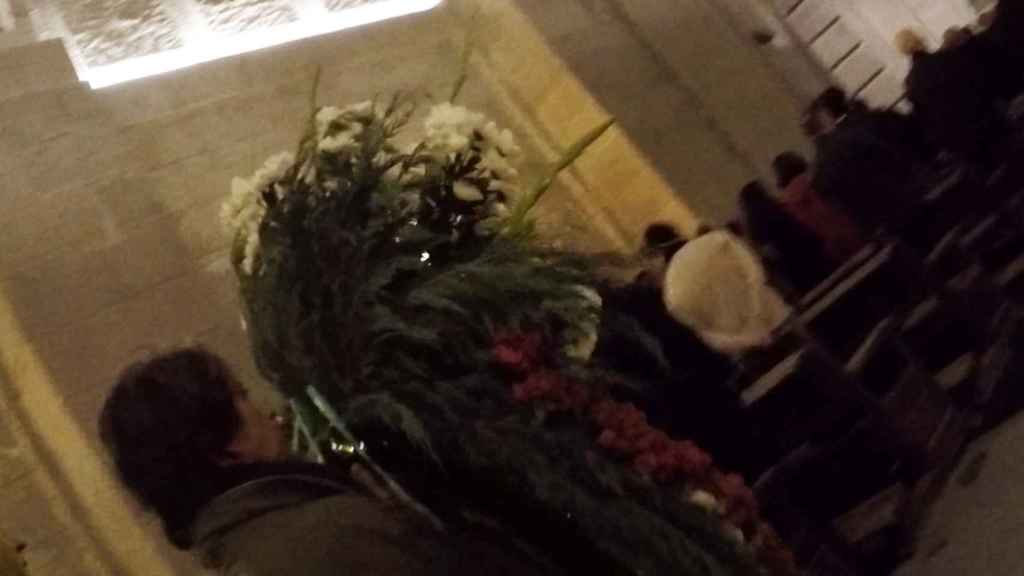 Pilar Gutiérrez, autoproclamada mujer más franquista de España, con una corona de flores para el dictador.