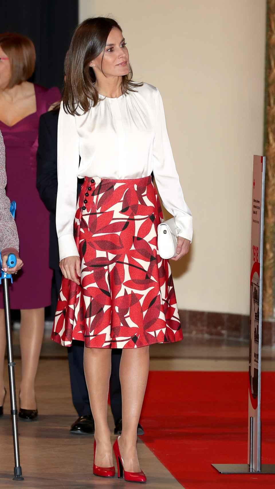 La reina Letizia con falda de Carolina Herrera y blusa de Hugo Boss.