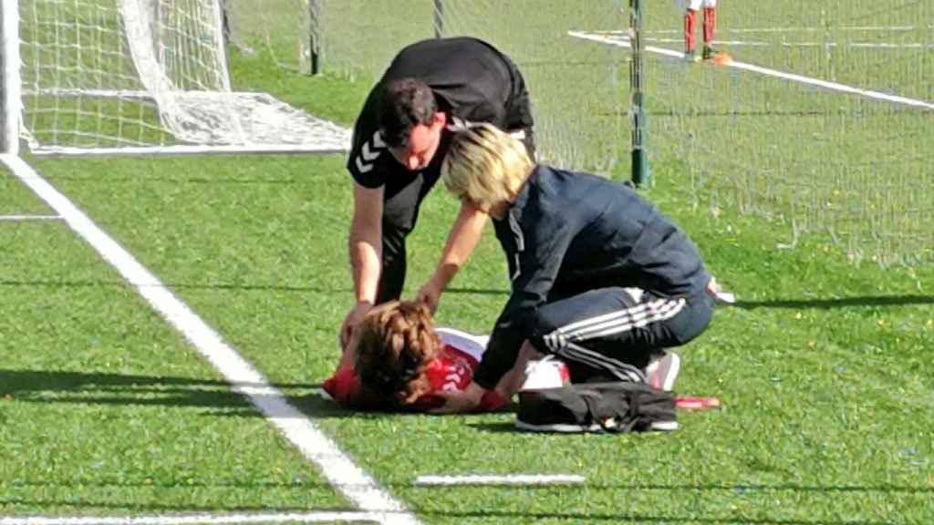 Ayuda de los médicos del Real Madrid a la RSD Alcalá. Foto: Twitter (@rsda_oficial)