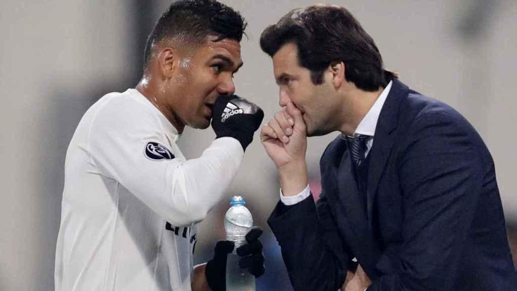 Casemiro y Solari dialogan durante un partido de Champions