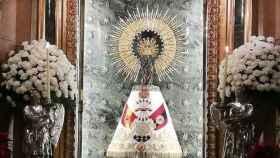La Virgen del Pilar con el manto con la enseña de la Falange