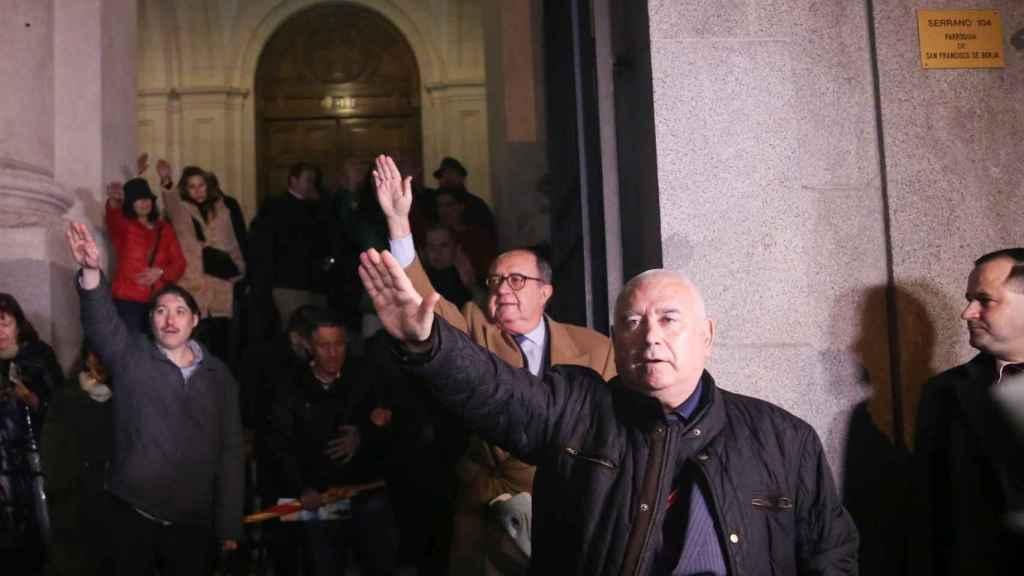 Algunos simpatizantes franquitas hacen el saludo romano a la salida de la misa