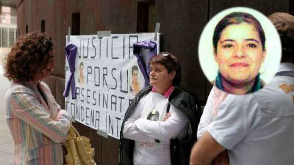 Loli Prieto, delante de la pancarta, protesta tras el asesinato de su hija Desirée, en un círculo.
