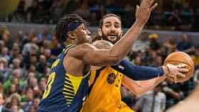 Ricky Rubio protege el balón ante Myles Turner en el Indiana Pacers - Utah Jazz