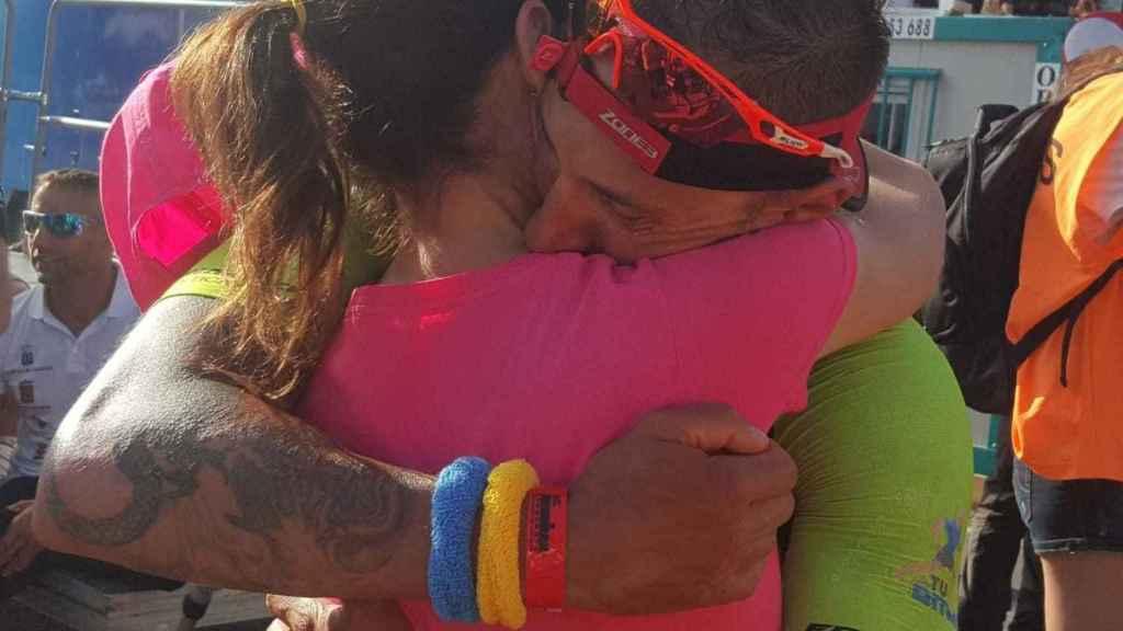 Juan Miguel se abraza con Sandra, su pareja.