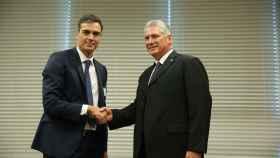 Pedro Sánchez estrecha la mano a Miguel Díaz-Canel, presidente de Cuba.
