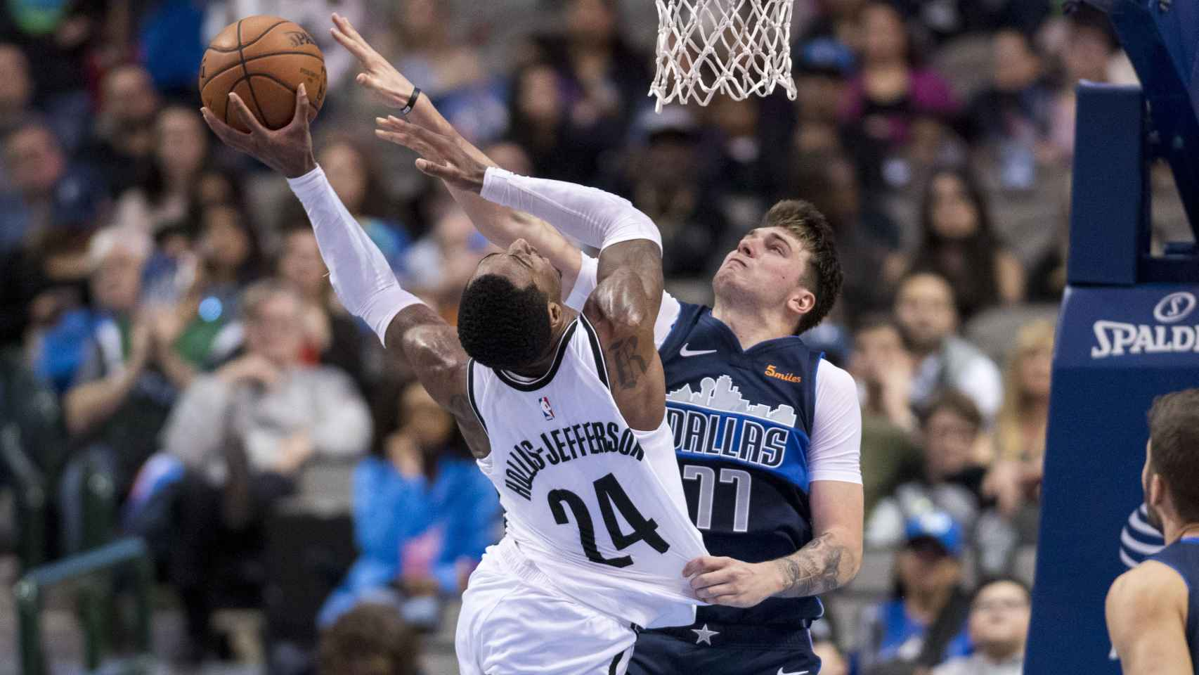 Doncic le hace un tapón a un jugador de los Brooklyn Nets