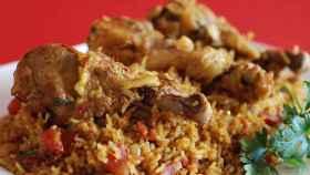 La mujer cocinó un machboos, un plato similar al que aparece en la imagen.