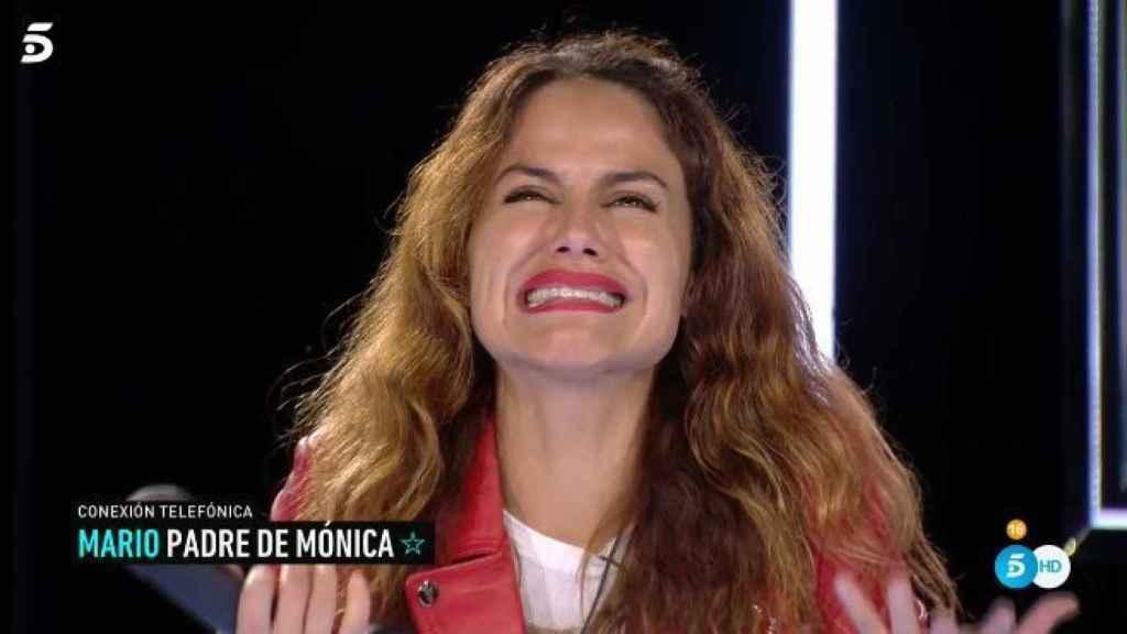 Mónica llorando al hablar con su padre.