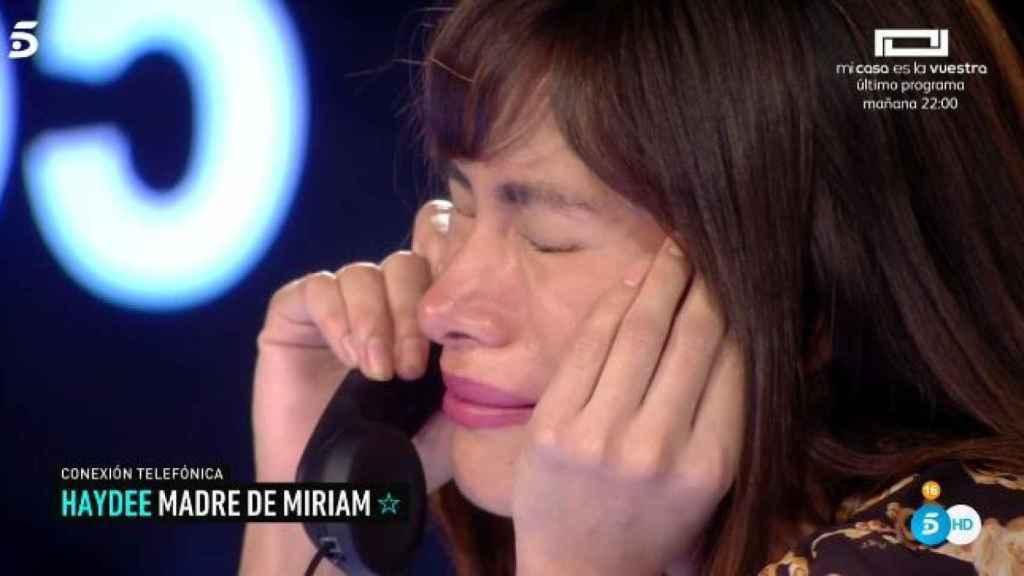 Miriam durante la llamada de su madre.