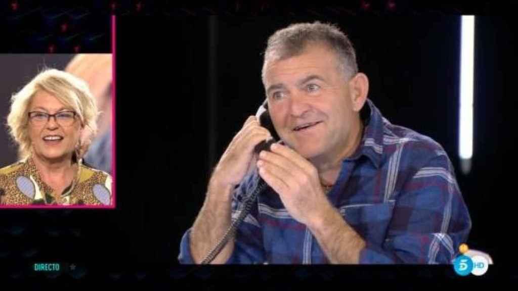 El cantante durante su llamada con su mujer Vito.