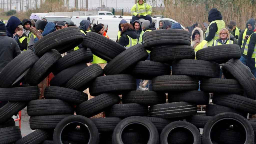 Neumáticos bloquean el acceso a la refinería de Frontignan.