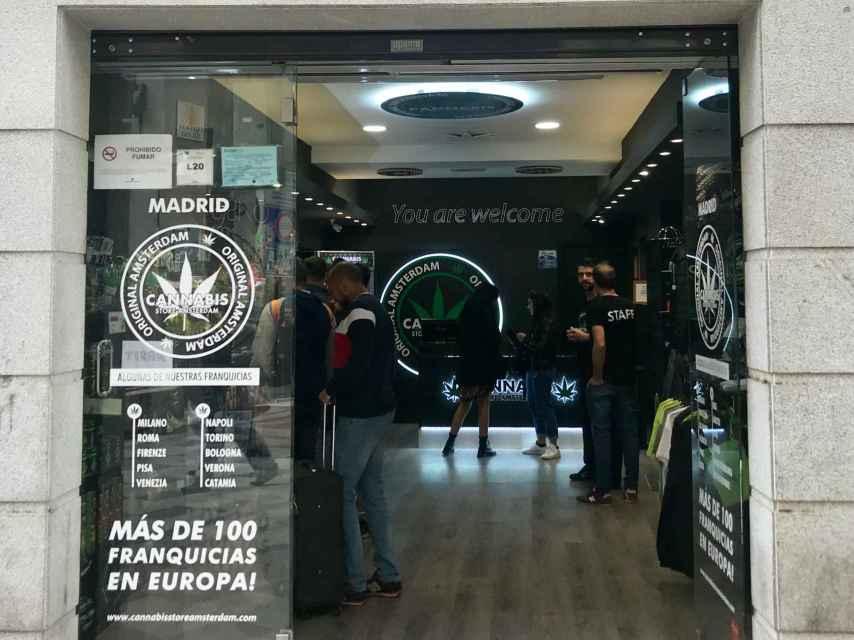 Entrada del establecimiento Cannabis Store Amsterdam, ubicado en la calle madrileña de Montera