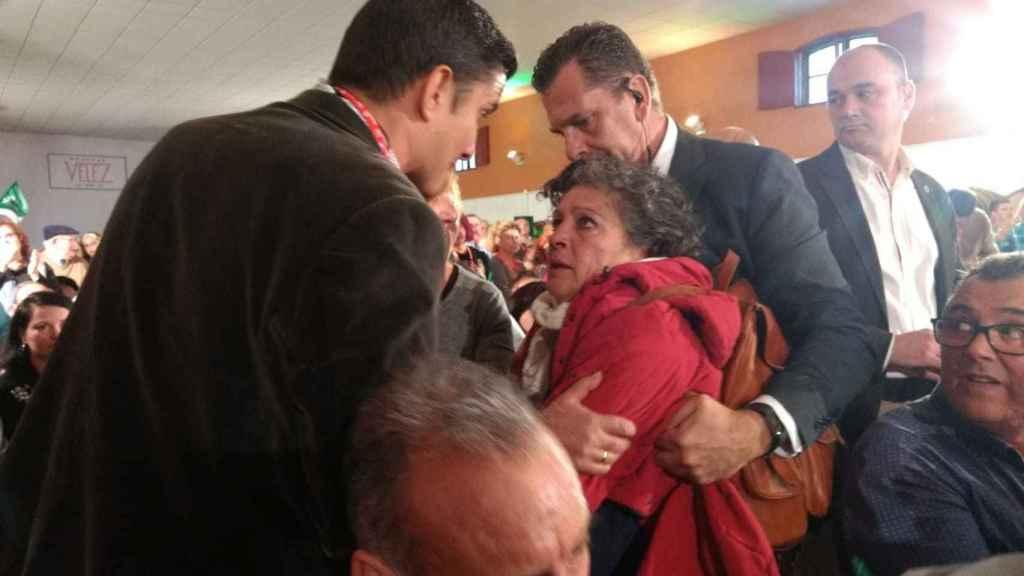 Momento en que los miembros de seguridad del mitin se llevan a María Antonia. La imagen fue captada por un asistente al acto.
