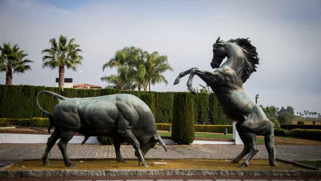 Estatua a la entrada de las instalaciones de la Yeguada SR4. El toro y el caballo, dos de las pasiones del jugador del Real Madrid.