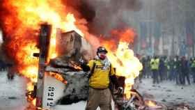 Un manifestante desafía a los antidisturbios.
